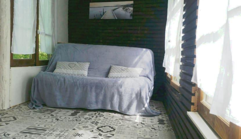 Chambre dans la cabane : isolée mais non chauffée.