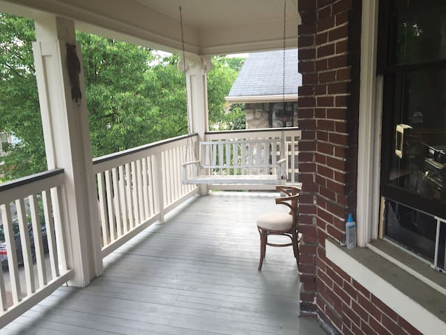 Historic 2 BD w/ Big Southern Porch - Chattanooga - Apartment