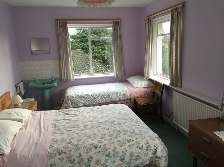 Room with double bed and 2 single beds