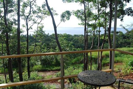 Cosy, modern  jungle retreat - miraculous sea view