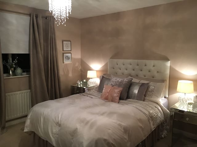 Spacious Double Bedroom 2 mins from Train Station