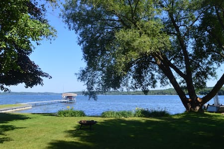 Lake Charlevoix waterfront cottage w/private beach - East Jordan