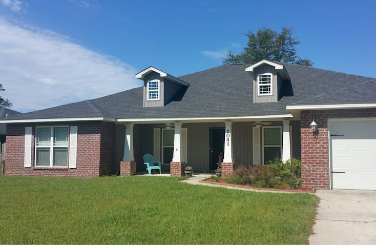 Spacious 4/2 sleeps 8, near Adventures Unlimited!