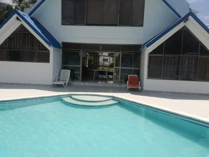 hermosa casa con piscina cerca a Girardot