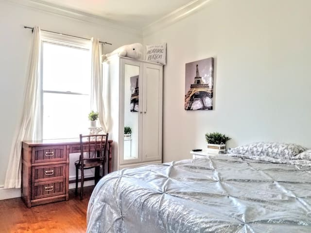 Cozy bedroom, close to Mission St & BART