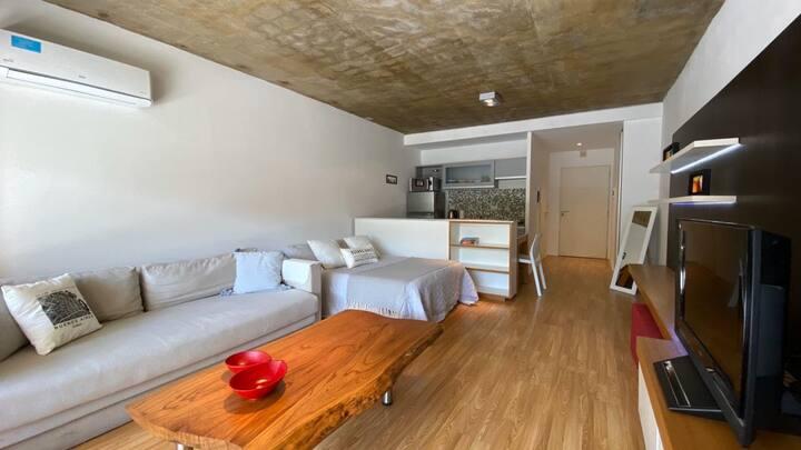 Moderno departamento con balcón terraza y pileta