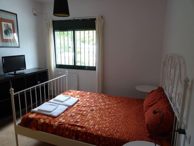 Main Room 1 (with private bathroom) Dormitorio Principal 1 (con baño privado)