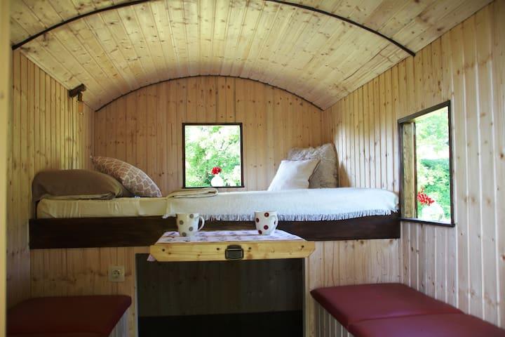 Cozy queen size bed (140 cm x 200 cm)