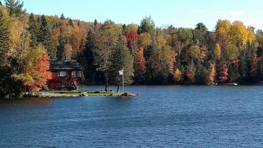 Cozy lakefront 4 seasons Adirondack home