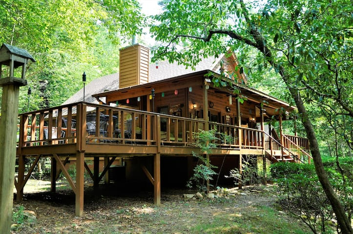 The Hootin Place Nice 2 bedroom cabin on the Nottley River in Blairsville