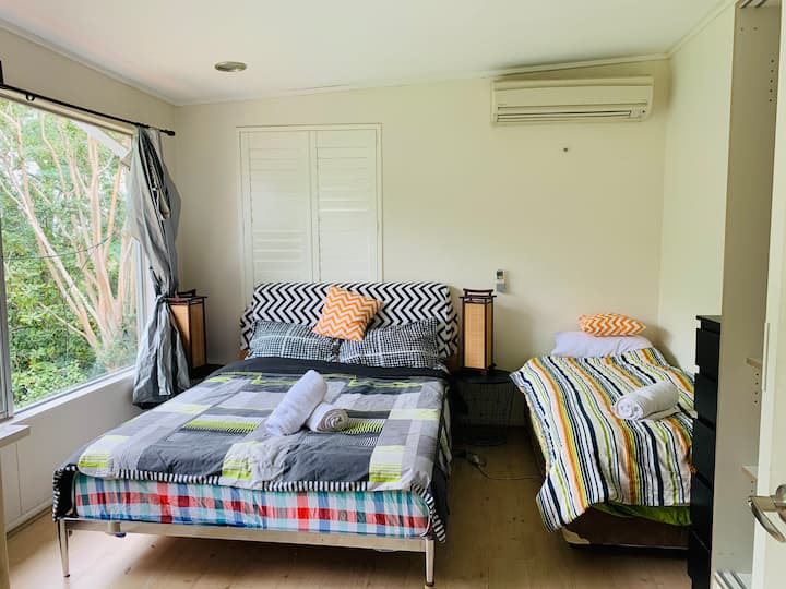 Comfy Queen+ Single bedroom in leafy house