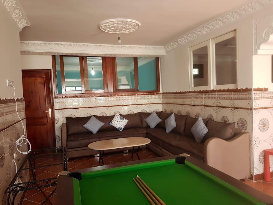 Voici la photo du grand salon intérieur et du billard