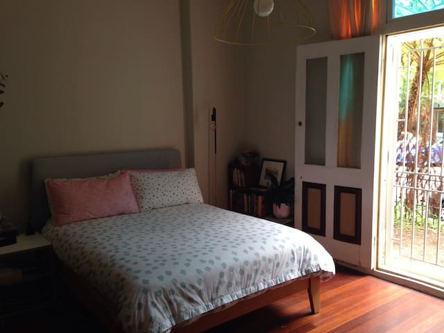 Spacious bedroom in great location - Newtown - Rumah