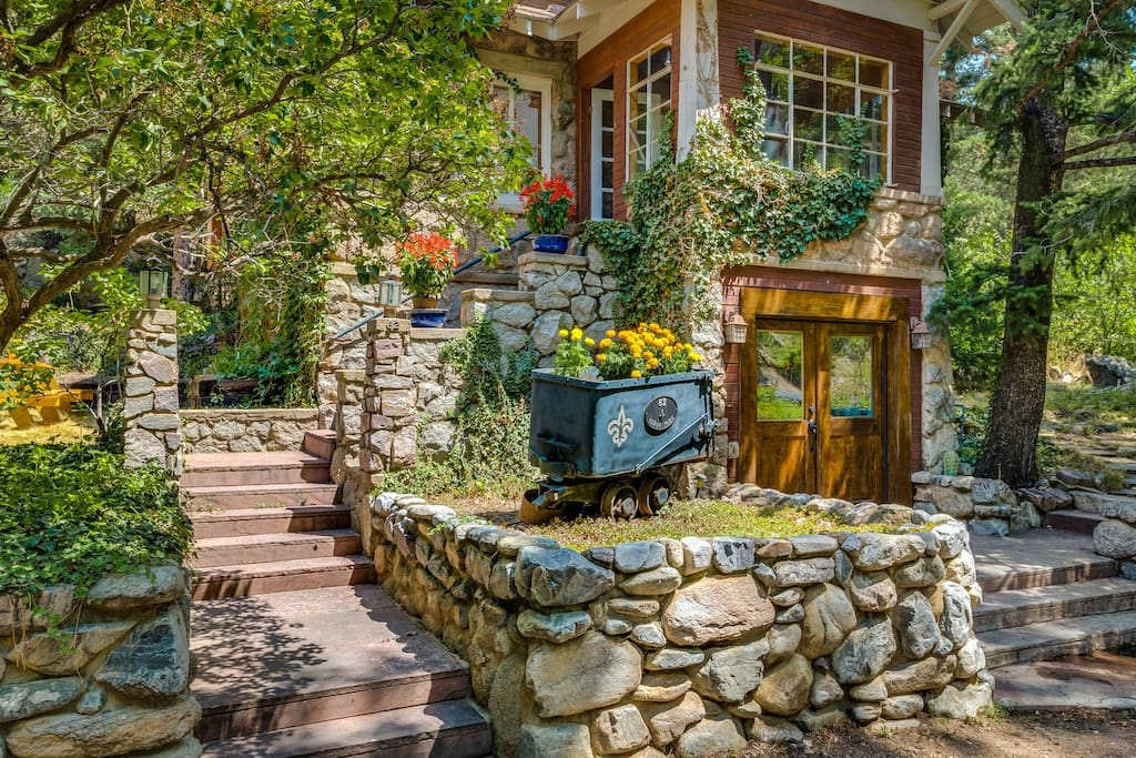 Unique Boulder Creekside Cabin