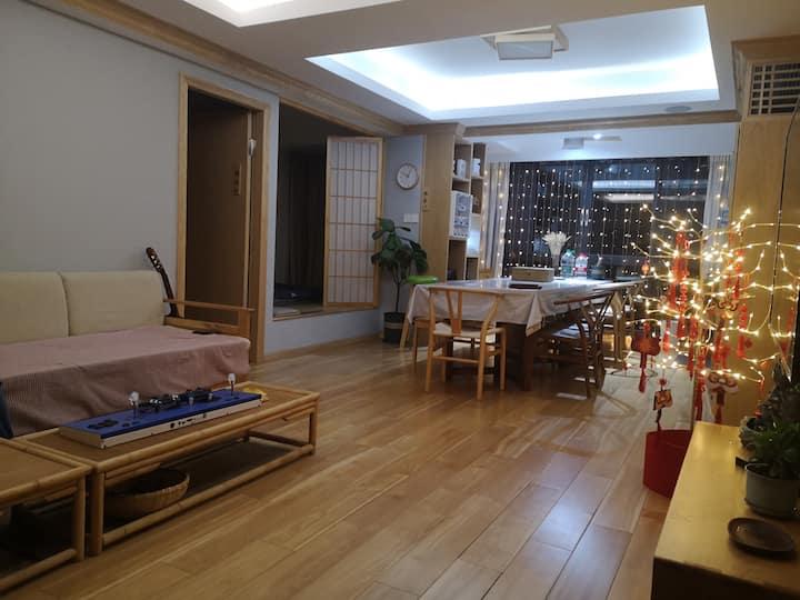 隐林轩         在地铁口的日式实木温馨宁静的旅途之家 在这可以寻找到快乐