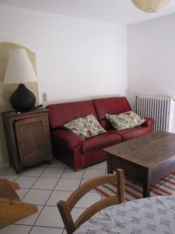Agréable appartement dans belle batisse - Chabestan - House