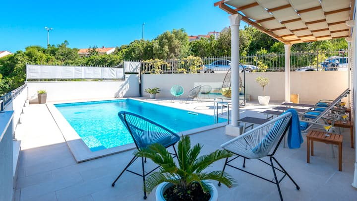 Studio With Private Terrace, Pool Access !