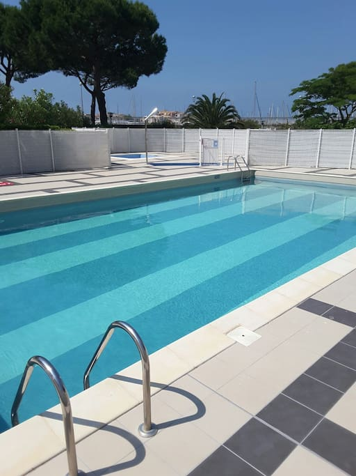 Studio vue piscine et port apartments for rent in le cap for Piscine cap d agde