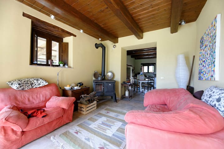 Old farmhouse with mountain views - Montefalcone Appennino - Hus