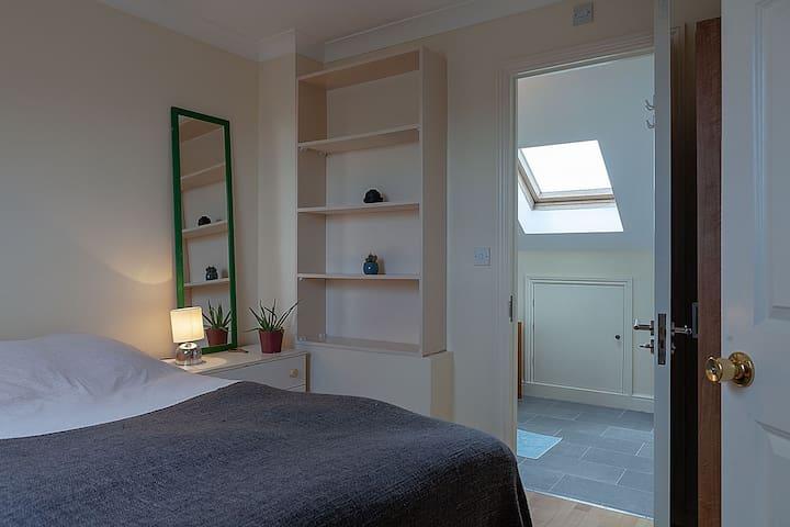 Spacious Private en-suite loft room