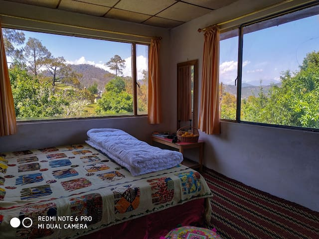A sojourn at Glass House with the backdrop of Kumaon Himalayan Ranges during daytime is accompanied by a night sky studded with stars. Lying in bed gazing at zillions of stars is a reality here. One can see the sun wake up in this room.