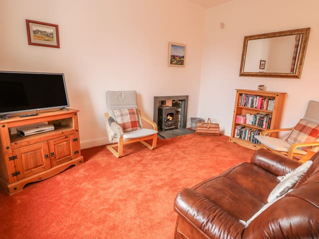 CHURCH VIEW, pet friendly, with open fire in Kingussie, Ref 985003
