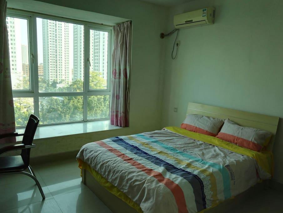 大房间,大窗户,床品不同日期,如图示颜色随机。