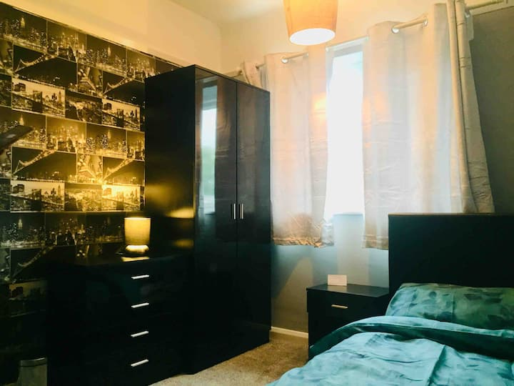 Cheap, double bedroom. Near city hospital and bus