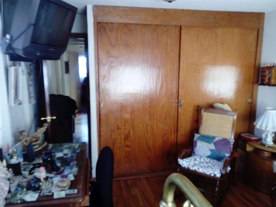 TV, closet y mecedora