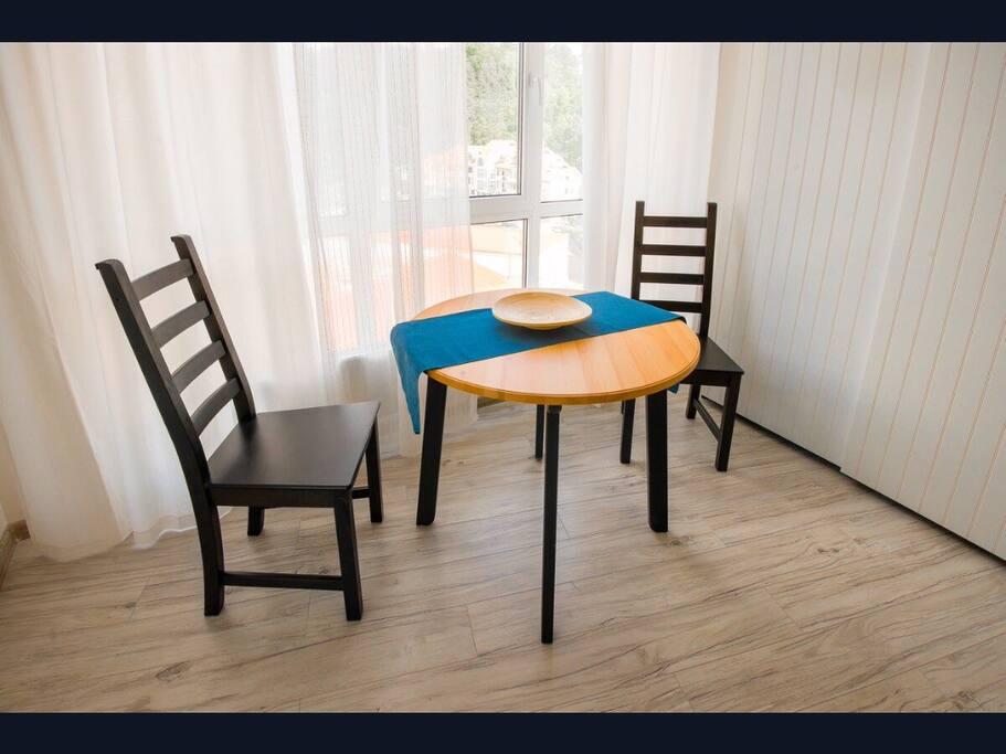 Приятно позавтракать у панорамного окна с белыми шторами из натурального хлопка.
