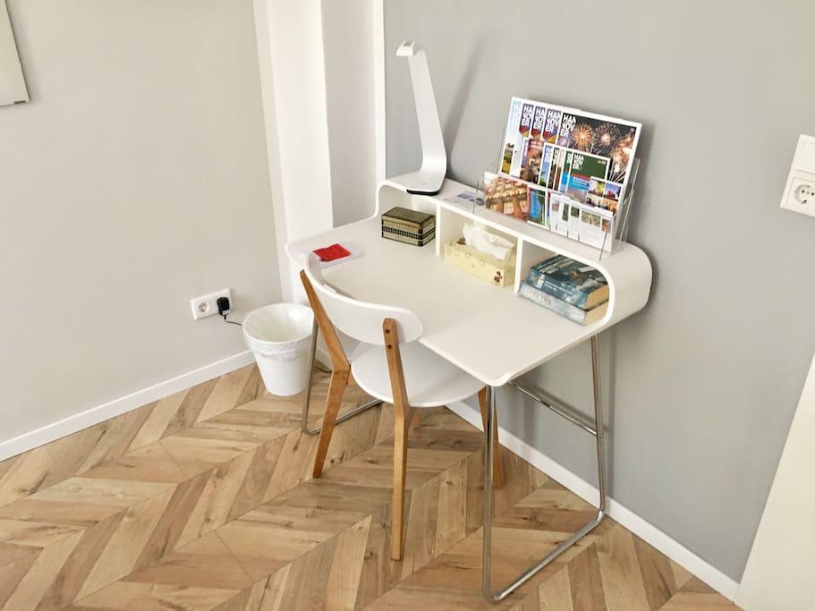 Schreibtisch /// desk