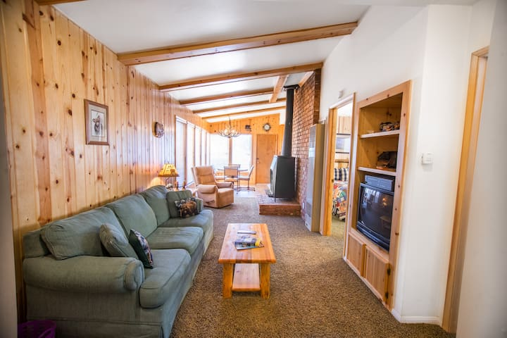 Mountain-Style Log Home w/ Yard - Big Bear City - Rumah