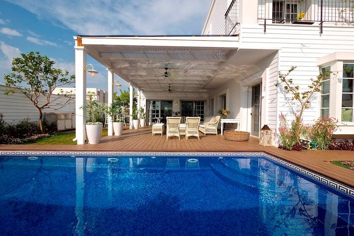 Hamptons luxery Villa in Savyon
