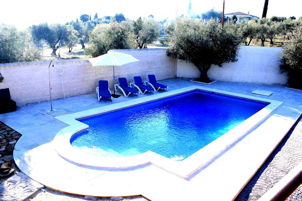 Casa con piscina privada terraza porche y barbacoa for Piscina arganda del rey