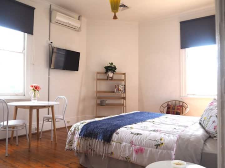 St Kilda 3 Bedroom Apt - On Top of Famous Cafe!