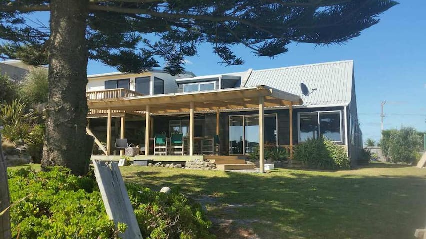 Pukehina Paradise - Beachfront Home