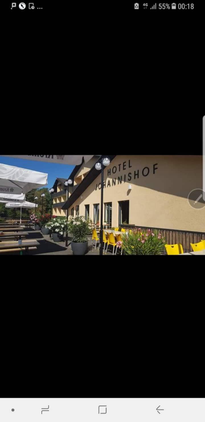 Hotel liegt im Grünen mit Terrasse. Na zu A 3