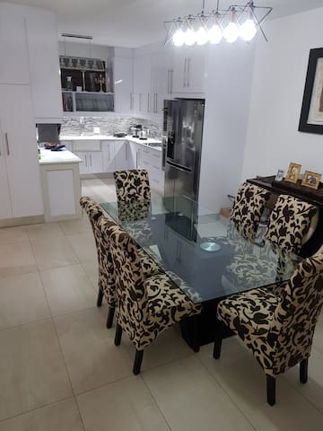 Modern furnished 2Bed apartment with high ceilings