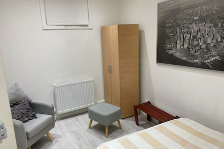 Private room with excellent transport links