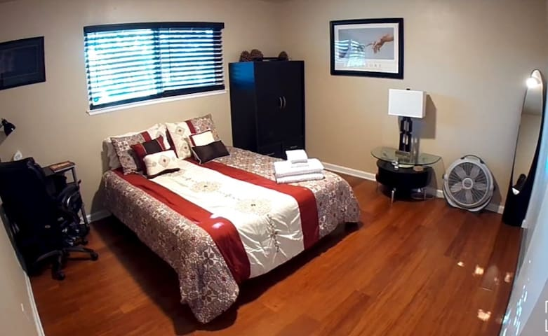 Feel at home private room, no cleaning fee