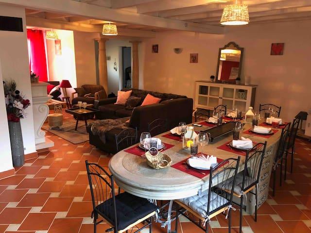 Salon coin repas table pouvant accueillir jusqu'à 16 personnes