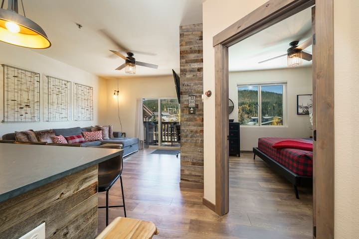 Mountain-Industrial Getaway Close to Town! FLEXIBLE WINTER CANCELLATION POLICY!
