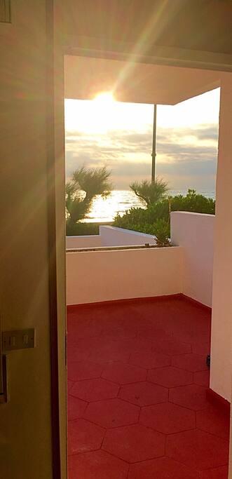 Dolce risveglio...spettacolare alba sul mare fotografata dall'interno (cucina/soggiorno)