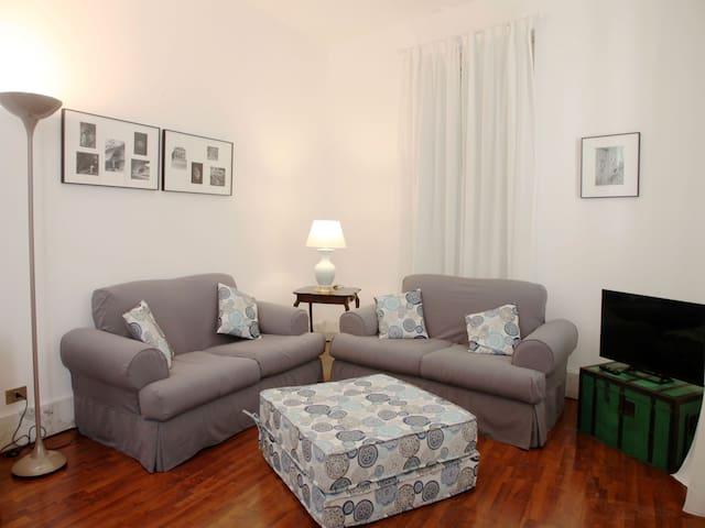 Living Room: sofas, Smart TV, interior details.  Salotto: divani, Smart TV, dettagli interni.