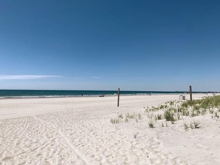 Modern Beach Block 2-Bedrm Steps to Beach & Dining