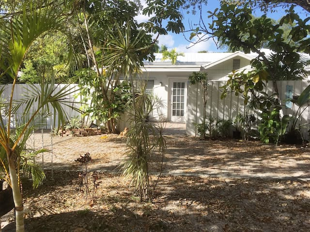 TROPICAL GUEST HOUSE - Heart of Ft. Lauderdale!