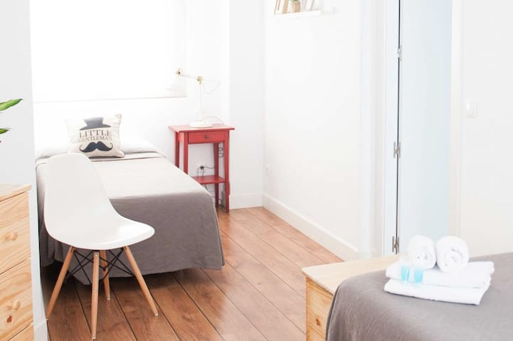 Smile & Co Hostal Alicante: Zweibettzimmer separat