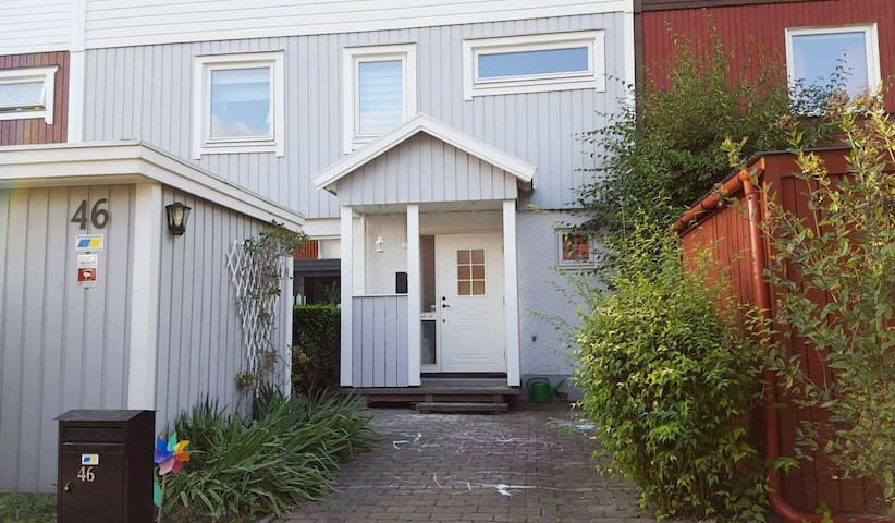 Childfriendly spaceous townhouse near Stockholm - Stockholm - Townhouse
