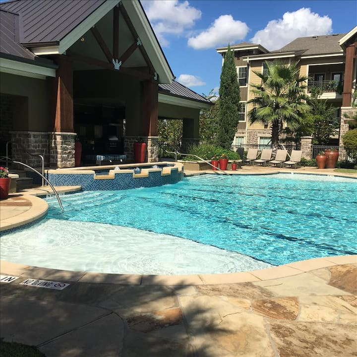 Pool View King 1 Bedroom/1 Bath Condo in The Woodlands**