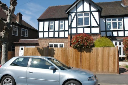 Modern house, lovely bedrooms, heart of Wimbledon - London - Haus